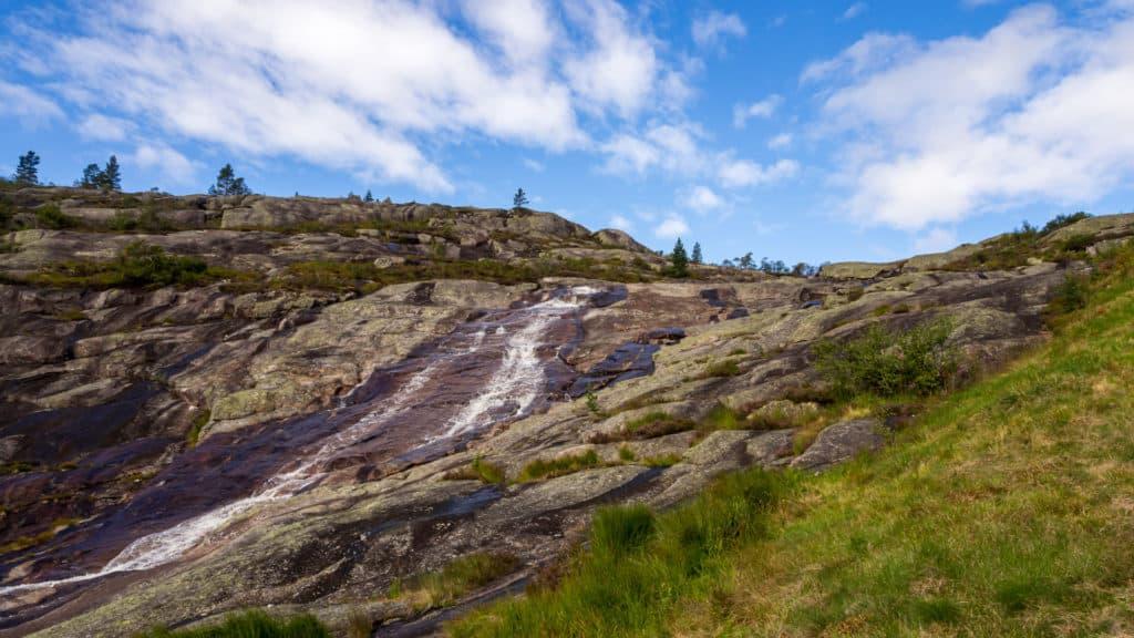 Schmaler Wasserfall